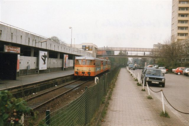 Hvor Alster Nordbahn i nord møder AKN i Ulzburg Süd har jeg siddet i AKN og set Nordbanen. Kun en gang har jeg direkte besøgt den. det var 1989 i den sydlige endepunkt i Garsted, hvor den møder U-banens linje U 1. Her er blot ét spor. Toget er AKN Vs 256, Vt 218 og 217.