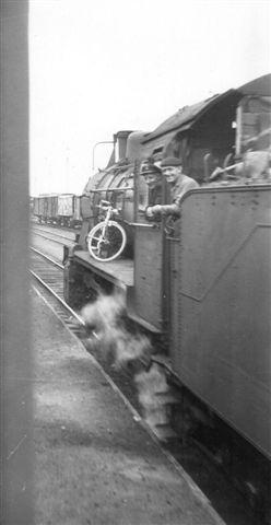Under en gennemkørsel af Belgien via Ardennerne sås i 1962 eller før dette belgiske damplokomotiv ud af togvinduet. For mig er spørgsmålet ikke data, men troede lfyrbøderen virkelig, at hans lokomotiv var så stort, at der skulle en cykel til for at inspicere fronten?Foto: Hans Kristian Hansen. Muligvis 1962.