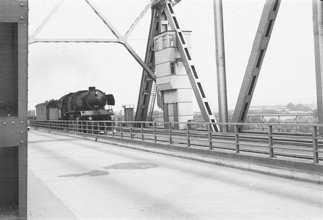 Blokposten på Lillebæltsbroen. Den flyttedes fra en position på nordsiden af baneskråningen i Snoghøj til denne position for igen senere at slås sammen med brovagten i hans hytte midt på broen. Foto Jens Bruun-Petersen 1960.