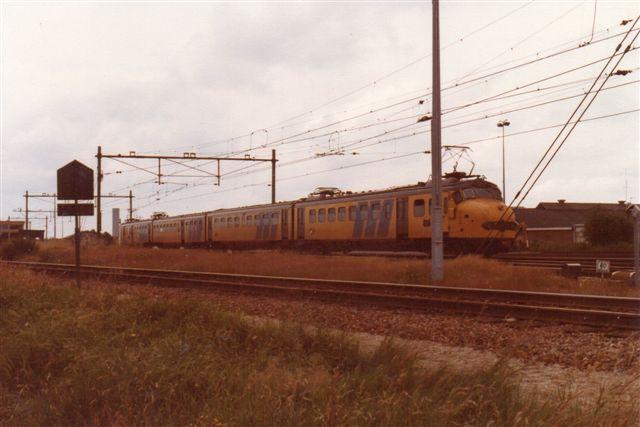 Et NS elektrisk regionaltogsæt på seks vogne i Goes på Nord Beveland. Jeg har hørt betegnelser som ostehoveder og hundehoveder, men allerede dengang køtes deri i stiv køreplan med timedrift.