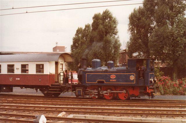 SHM Stoomtram Hoorn - Medemblik 5, Sluiskil, la Meuse 3252/1929. Lokomotivet stammede fra en gødningsfabrik og vognene fra tyske og østrigske privatbaner. Foto i Hoorn 1979.