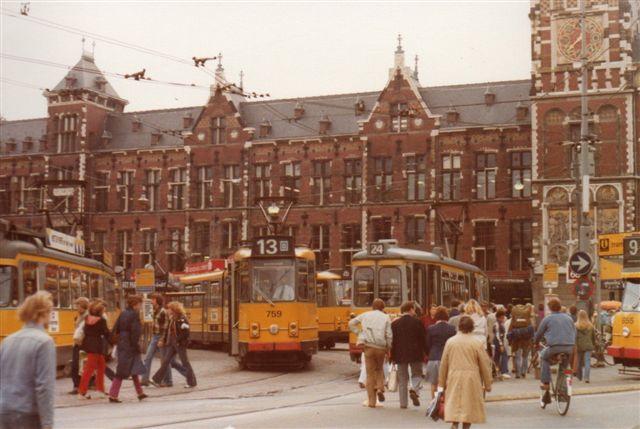 Foran Hovedbanegården var der også tæt med sporvogne.