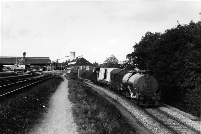 Et lille kort tog, men trukket af Mh 326. På grund af stigningen skulle maskien nu nok have været nederst på faldet? Foto Bent Hansen 1983.