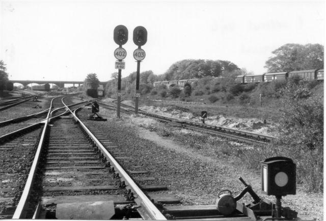 Udkørsel mod Vejle gennem viadukten under Havnebanen. I baggrunden Broen for Vestre Ringvej. Foto: Svend Guldvang 1988.