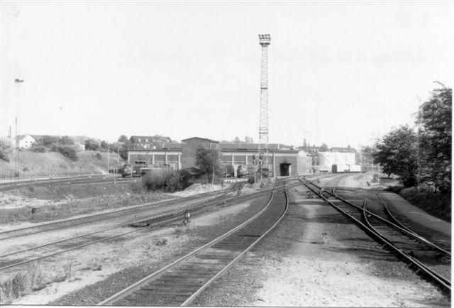 Afgansristens udkørsel mod nord set fra Stationsristen. I baggrunde remisen og lystårnet. Den ukendte bygning ses også, men foran ligger en tomt, hvor den nedkørte Post 3 lå. Foto: Svend Guldvang. 1988.