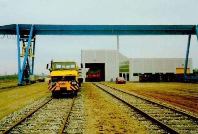 I 1989 indviedes betonsvellefabrikken på Nørremarken, hvortil den var flyttet fra en alt for trang plads øst for Opholdbygningen på Fredericia Station. Indbudte gæster kørtes ud i et Mr-tog, der holder i hallen. Foto: Svend Guldvang 1989.