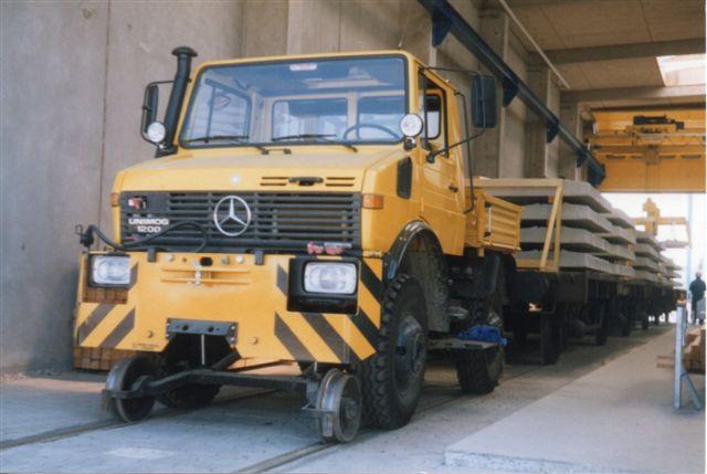 Betonsvellefrabrikkens Unimog 1200 fra Zweiweg i Rosenheim. Den fungerede blandt andet som rangerlokomotiv og opstilede tog af svellevogne klar til afhentning. Foto: Bent Hansen 1989.
