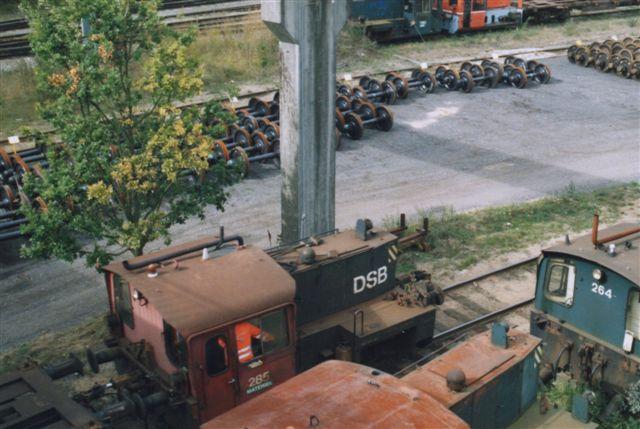 Et lille udvalgt af de hensatte køf'fer under broen for Vestre Ringvej lige ved hjulværkstedet. Køf 285, der holder solo, er rangermaskine for værkstedet. Foto: Bent Hansen 2003.