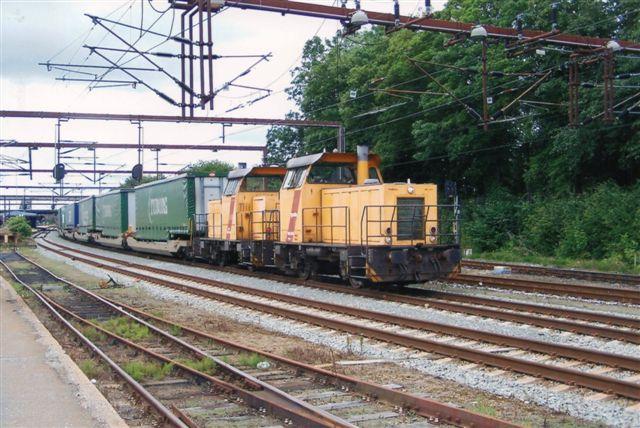 DB hentede øltoget med stationens rangermaskiner, der i Fredericia kørte to og to. Ofte var to par i drift samt undertiden også en femte Mk. Her er det Mk 611 og 62, der har sat øltoget spor 8, det midtliggende godsspor på stationen. Foto: Bent Hansen 2010.
