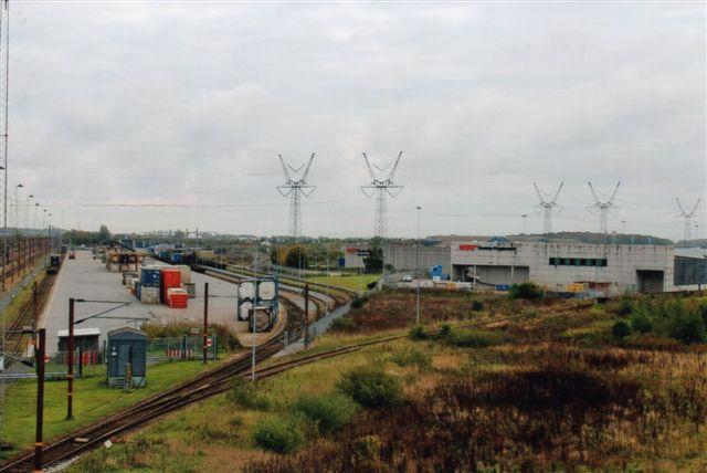Containerterminalen med to spor til læsning og fire til hensætning og omløb. Til højre stykgodsterminalen, som Fragtmændene overtog. På bagsiden et spor til en havneterminal, som ikke brugtes og også overtoges af Fragtmændene. Foto Bent Hansen 2012.