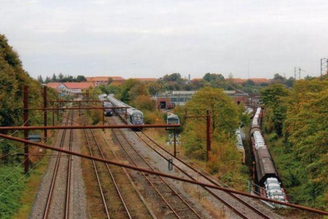 En overgang brugtes Havnebanen til hensætning og afprøvning af IC4 og lillebroderen Mq. Maskinbakken er afbrud og besat med MR. Godssporet mod nord under bro D er brugt til afgangsrist for et sydgående godstog! Foto: Bent Hansen 2012.
