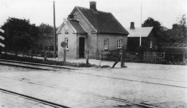 Nordbanens Vogterhus 2 ved Vejlevej, lige vest for den nuværende perronhal. Billedet er taget mellem 1922, hvor der kom dobbeltspor og 1935, hvor strækninen blev forlagt. Fotograf ukendt. Arkiv: Svend Guldvang.
