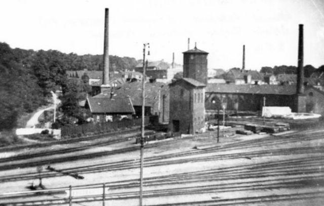 Den lukkede remise set fra Sorte Bro. Til venstre ses et ledvogterhus for den lukkede vej til Søbjerg. På volden til venstre har Statsbanene satdig en mindelund for personale omkommet i tjenesten. Foto 1935 med samme data som ovenstående foto.