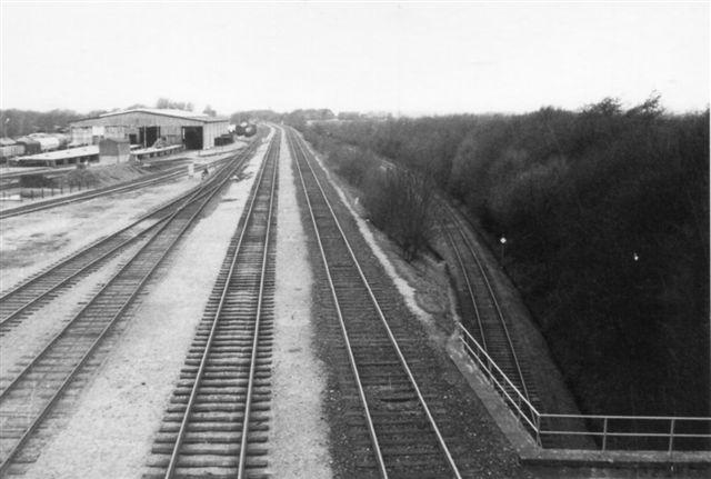 Bro D set til modsat siden. Fra højre nu godstogssporet mod nord, en etage højere porsontogssporet mod nord, godstogsspoet mod ankomstsristen og Havnebanen mod Rangerbanegården. Foto: Bent Hansen 1969.