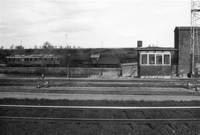Post 3 mellem Stationsristen og Afgangsristen. I baggrunden remisens spor med en hensat Mp og en H. Den høje bygningd funktion er ukendt, men der løb en bæk under terrænet, så det kunne vær en anlæg til opsamling af vand. Foto: Bent Hansen 1969.