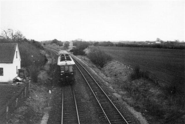 Den gamle Nordbane løber sammen med den nye strækning fra 1935 lige syd for Bredstrup. Den gamle strækning er her rigtig tydelig. Foto: Ben Hansen 1969.