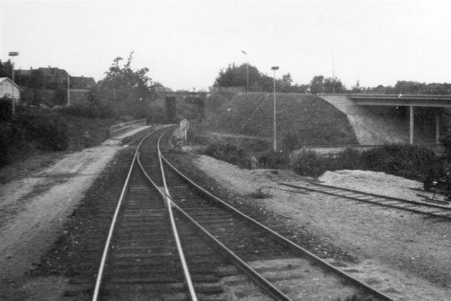 Udkørslen fra Gammel Banegård mod Vejle ad den gamle Nordbane. Efter skiftet førers banen på en bro over Indre Ringvej for kort efter via en viadukt og føres under Prangervej. Foto: Bent Hansen 1972.