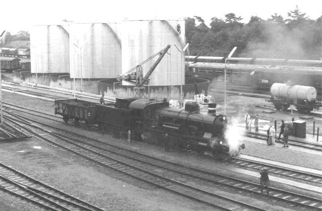 Syd for remisen fik lokomotiverne kul og vand. samt sand. Oliealderen er rykket ind, hvilket de store tanke vidner om. Her en jernbaneudflugt med P 917, der får forsyninger. Foto: Bent Hansen 1981.
