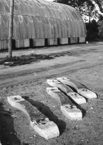 Ombygningerne i Taulov startede 1966 men anlæg af et midtliggende overhalingsspor. Senere fulgte industrispor. I forbindelse med nyanlæggene toges nogle gmle betonsveller fra første verdenskrig op. Fire af dem ses her ved det oprindelige læssesporet næsten upåvirket af 50 års brug. Foto: Bent Hansen 1966.