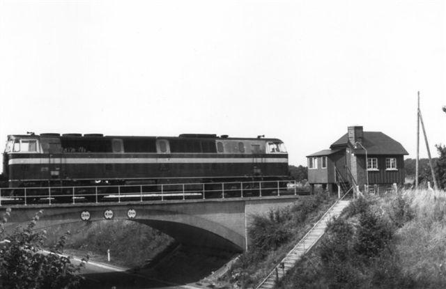 I 1976 var det for sent. Signalerne var fjernet, men blokposten i Brovad lå der endnu. Hovedvej 18 fører under broen. Foto: Bent Hansen 1976.