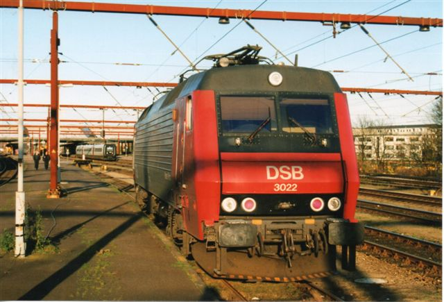 Da Statsbanerne begyndte at køre togsæt i stedet for lokomotivtrukne tog med personvogne, var der ikke mere brug for blindsporene til henstilling ekstra personvogne. I stedet brugtes sporene til henstilling af lokomotiver. Foto: Bent Hansen 2000.