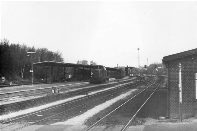 For enden af perron 3 lå ilgodsperronen, der senere overtoges af Postvæsenet. En Mh holder foran den overdækkede perron. hvor en del postvogne oså er under behandling. I dag bruges sporene til at hensætte lokomotiver. I baggrunden anes Post 2. Foto: Bent Hansen 1980.
