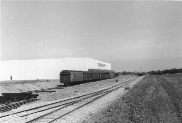 8 vogne ved firmaet Transporgruppen i Taulov. Sporene er nylagte eller under anlæg. I dag er sidesporet overdækket. Flere firmaer havde egne spor. Dette sidespor her er formentlig stadig i drift. Foto: Bent Hansen 1989.