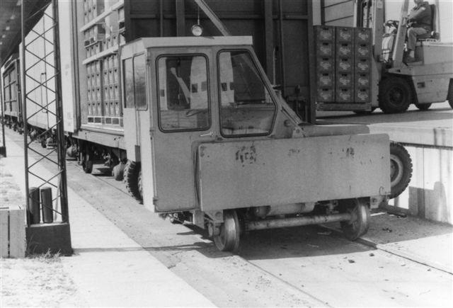 De forenede Bryggeriers Trackmobil type 45, TCM 77503/1977. Om trackmobilen kan håndtere den læsede stamme, er ikke så meget et spørgsmål om motorens størrelse, bare den er stor nok, men om lokomotivet adhæssionsvægt. Dette problem klarede lokomotivet ved at kile sig ind under vognen, så den udnyttede det halve af vognens vægt også. Foto: Bent Hansen 1984