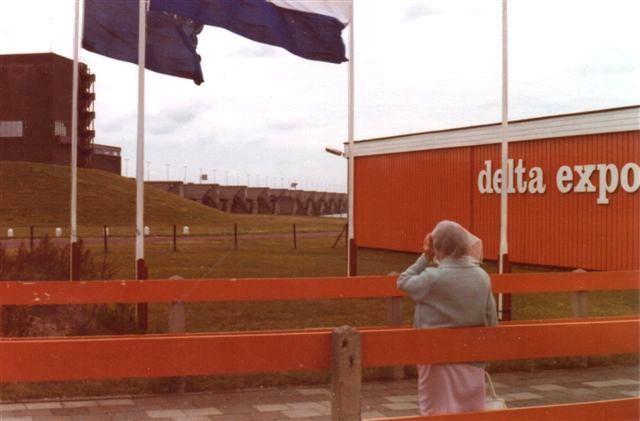 Harlingenvlietsluizen Ved Stellendamm. Slusen ses i baggrunden. Til højre udstillngsbygninger, hvor der visten en udstilling om byggeriet. Foto: 1979.