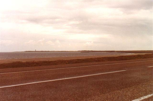 Dæmningen mellem Goeree og Voorne. Fyren står på Goeree. Nordsøen til venstre. Foto: 1070.