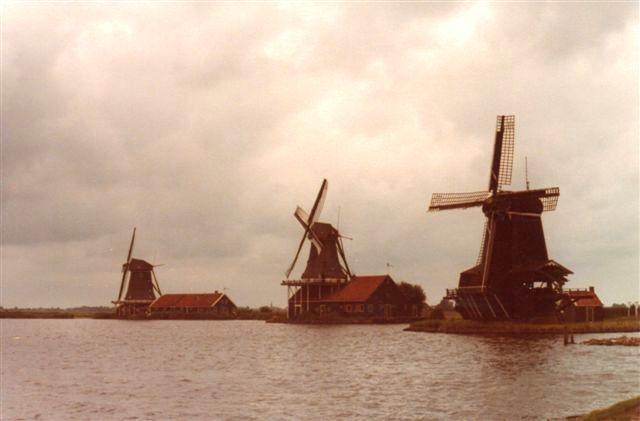 """Hollend, som min barndoms geografibøger viste det. Møller og atter møller. Vi måtte dog i 1979 køre langt for at finde disse tre, der var """"glemt"""" ved Zaandam lige i Amsterrdams udkant. Her var engang 700 møller. Den nærmeste er De Zoeker fra 1867. Den midterste er De Kat fra 1789. Den havde været i drift indtil for nylig. Foto: 1979."""