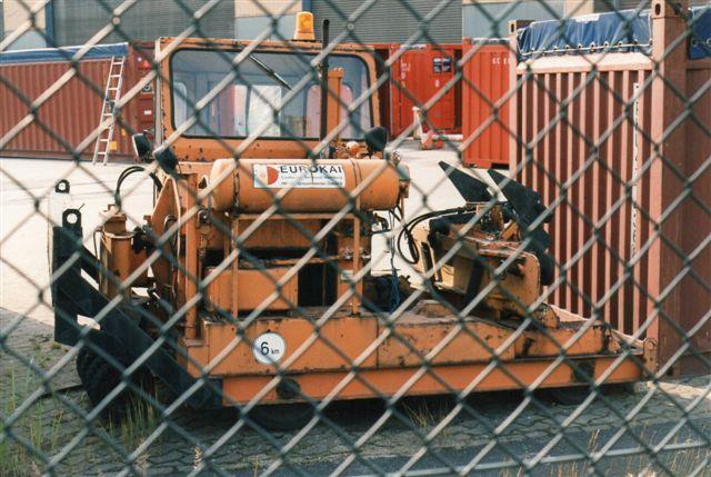 Eurokai KGaA har adresse i Finkenwerder. Deres Lok 1 er et Unio, der ligner en Trackmobil en del. Lokomotivet var mærket Griesenwerder, der imidlertid ligger et andet sted. Foto fra 1996.