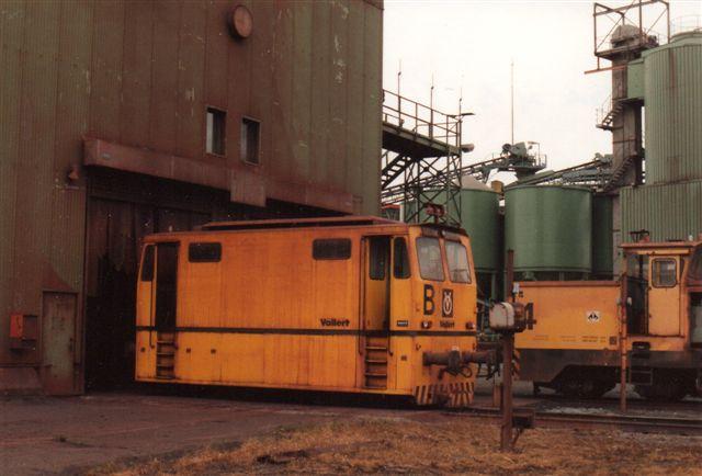 Hansaport B og C i baggrunden begge med tog foran læssesiloen. De kørte uden mellemvogn. Vollert 89/27B/1989 DR1800.