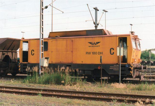 Hansaport C, Windhoff 260121/1995. Typebetegnelsen kan læses på fotoet. Også her køres uden mellemvogn. Lokomotivet vejer 85 t. Bemærk, at området ikke er hegnet ind. Gå dog ikke ud på sporet. lokomotiet standser ikke, da der ikke er lokomotivfører om bord.