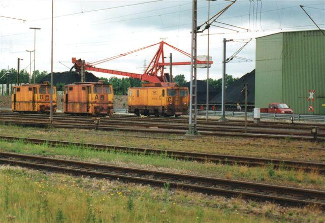 Hansaport A, B og C i alfabetisk uorden oprangeret på ventesporet. I baggrunden en skovlhjusgravemaskine, der åbenbart også kan læsse af. 2000.