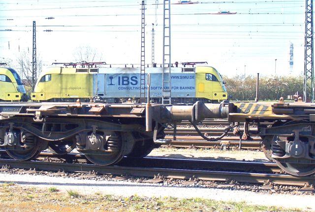 På godsbanegården holdt adskillige private køretøje ud over DBs. Kun de færreste var henstillet fotogent. Her ses et Siemens Dispolok lejet af IBS. Desuden stod den dag et MRCE, et ALS, et WLT (en ex DR V 100,) et MWB og to DB.
