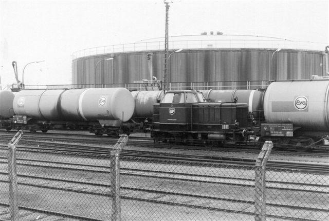 Flere gange var jeg her, men uden at se lokomtoiver. i 1988 lykkedes det at se BP 3 rangere mellem hegnet og vognene. MaK.