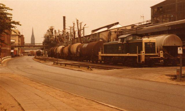 DB 291 027-1 rangerer med sovjettiske og bulgarske tankvogne i 1983. Jeg har noteret rumindhold: 60 kubikmeter. Vedligeholdelsestilstand: Slet. I baggrunde en af Hambor kirker, men Norderelbe er imellem!