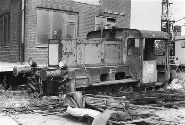 Firmaets lokomotiv nr. 1 var en Köf 2 uden andre data, end at det formentlig var en Deutz. 1983.