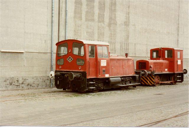 Hansas to lokomotiver hold 1983 rødt på hvidt på pladsen. Detaljer ses på enkeltfotografierne.