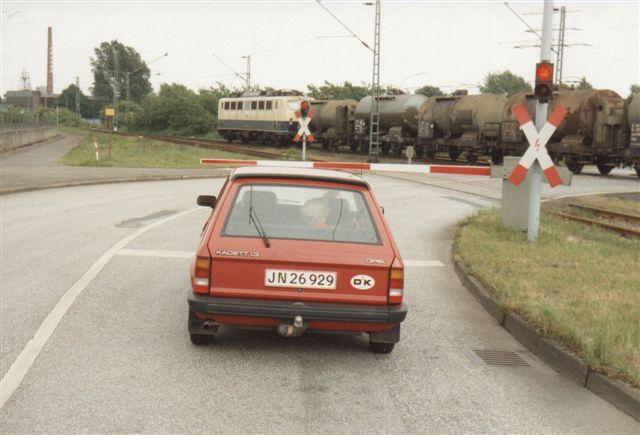 I 1988 må jeg have kørte mine forældre en tur på havnen. Dete r deres bil, men min far sidder ikke på førerpladsen. I sydenden af Hohe Schaar passerer en DB 141 med et olietog.