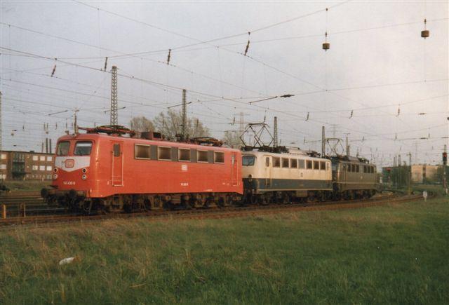 I 1989 holdt DB 140 430-9 (rød) defekt på Hohe Schaar. en blev hentet af DB 140 403-7. (Blå/creme.) Med i optoget var også DB 140 604-0. (Grøn.)
