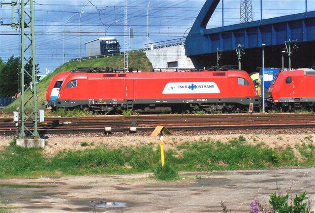 Tjekken. Bag denne DB Schencker Rail 185 058-5 og imellem lidt af en blå MaK G2000.