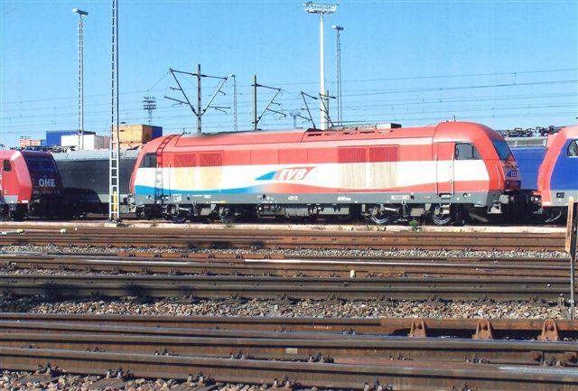 EVB 420.12 en diesel. Der stod her mindst 25 lokomotiver, men i tre rækker. En del var dog fotogene.