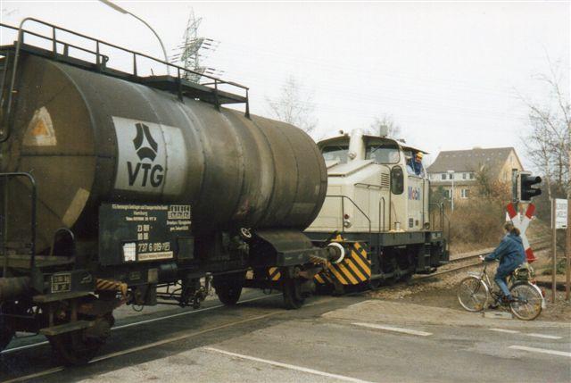 Mobildepotet i Wedel havde Henschel 30264/1960. Det ses her under rangering i 1988. Stammerne var ofte så lange, at lokomotivet måtte uden for porten for at komme fri af skifterne.