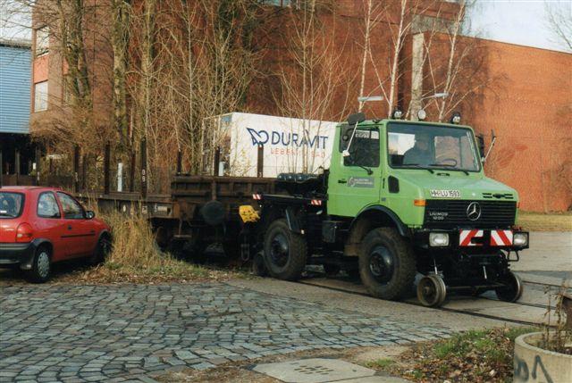 Salzgitter Stahlhandels to-vejes. Selv om der er på skinner, holder den lidt på tværs af vognen! Foto Jochim Rosental 2002.