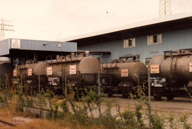 Jernbanetankvognene stod tæt på anlægget. 1992.