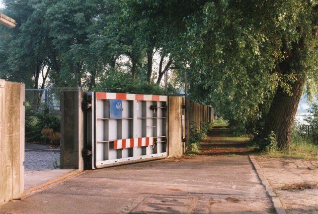 Efter Hamborgstormfloden i 1962, hvor 300 mennesker i Wilhelmsburg druknede, tog man fat på høvandssikringer. Her en betonmur rundt om Petroleumshalvøen (Finkenwerder.) For at man kan komme til udvendig vedligeholdelse, er der en låge, der kan lukkes og slutter vandtæt. Hvis ikke lå der som regel et lager af sandsække. Her var også en stige, så man kunne søge tilflugt på muren, hvis områderne bag muren skulle oversvømmes. 1996.