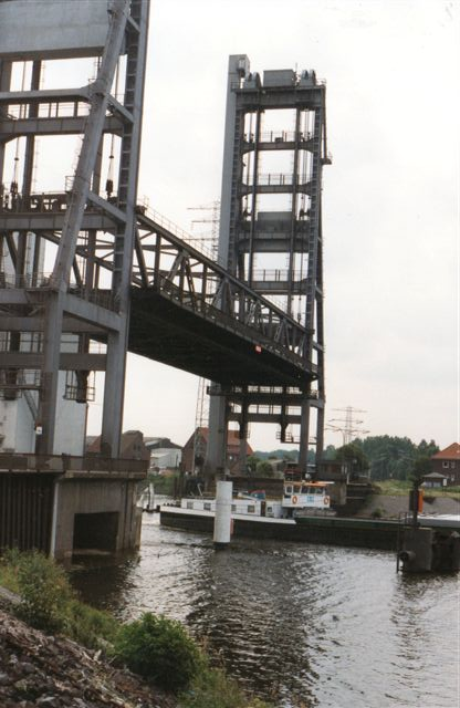 sjældent så jeg broen hævet, men det skete. I 1996 sejlede en flodpram under. Broen førte både vaj og jernbane over. Det gjorde Kattwykbroen også.