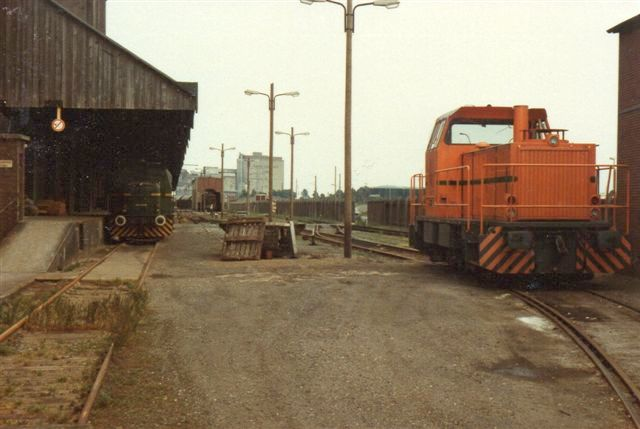 På vandsiden ses to lokomotiver. Til højre lok 2, MaK 700059/1981. G761C på 640 hk og 66 t. 1983.